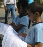 Crianças lendo a Revista Manuelzão. Foto: Procópio de Castro