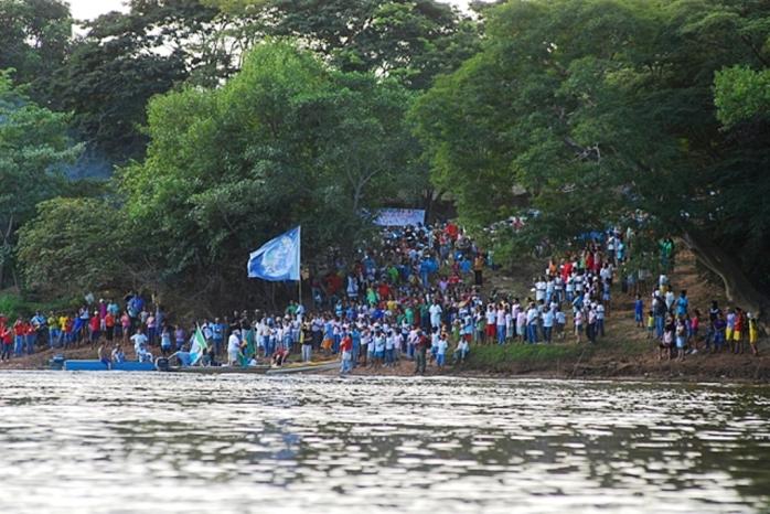 13 Santo Hipolito_Comunidade local esperando para a recepcao dos caiaqueiros as margens do Velhas