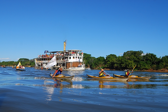 16 Barra do Guaicui encontro dos caiaqueiros com o Vapor Beijamim Guimarães na foz do Velhas