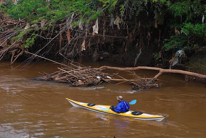 3 Lixo encontrado no rio das Velhas proximo a Raposos